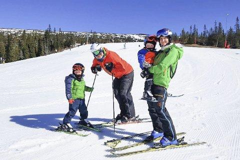 GODE SKIDAGER: Familien Nohre -Solvang koser seg på ski på Norefjell.