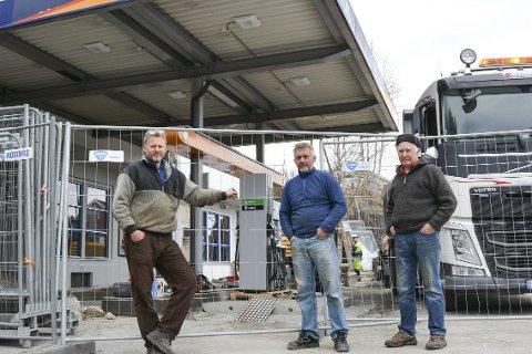 FORNYES: Bensinstasjonen i Prestfoss får nye pumper. Bernhardt (f.v.), Michael og Olaf «Tutt Haugen» er eiere.