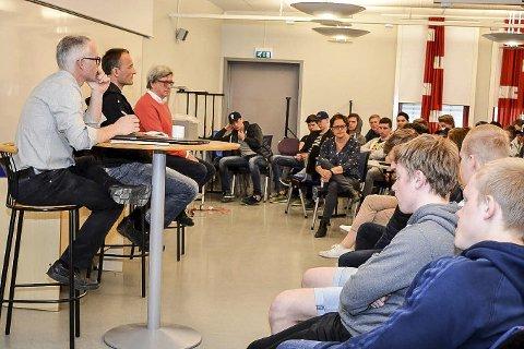 Etikk: Nylig hadde vg3-eleveve besøk av prest Runar Liodden (i midten på podiet) og humanist Morten Fastvold. De diskuterte etiske dilemmaer rundt blant annet eggdonasjon og eutanasi.