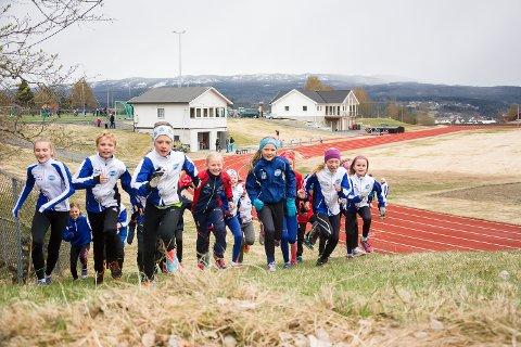 GLEDER SEG: Denne gjengen unge friidrettsutøvere gleder seg til IF Eiker Kvikk tar det tradisjonelle terrengløpet 1. mai «hjem» til Røren.