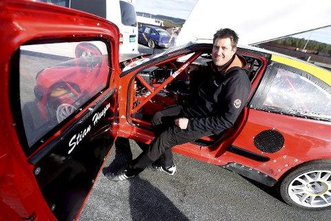 GLEDER SEG: Olav Fredriksen håper han kan sikre seg en NM-tittel i bakkeløp med bilen til Stian Haugan.