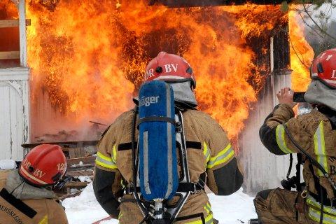 ØVELSE: Lørdag formiddag skal brannvesenet i Krødsherad øve på husbrann ved Bjøre på Noresund. Bildet er fra en øvelse i 2013.