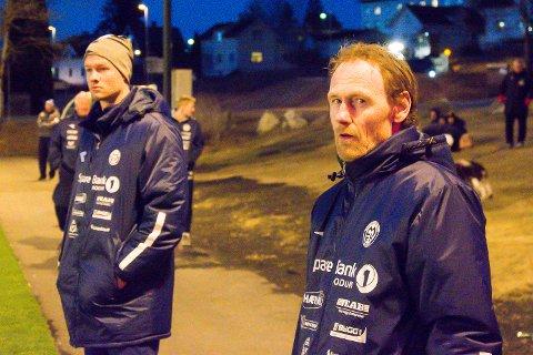 GODKJENT: Trener Tom Erik Fredriksen (t.h.) og assistent Christian Nygaard måtte konstatere tap mot Redalen, men synes alt i alt det var en godkjent kamp mot tredjedivisjonslaget.