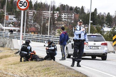 VIKERSUND:  Her blir gjerningsmannen pågrepet, lagt i bakken og påsatt håndjern. Alt skjedde i løpet av sekunder. Politiets innsatsleder Kjetil Solheim (t.h.)  ledet aksjonen i felten sammen med kollega Øyvind Aaboen.
