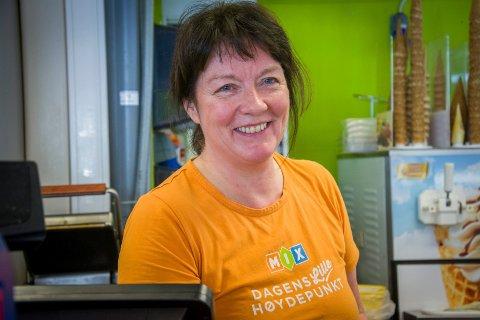 FÅR IKKE SJENKE: Selv om hun smiler, er Anny Stefferud misfornøyd med at Go'biten kiosk i Åmot ikke for skjenkebvilling.
