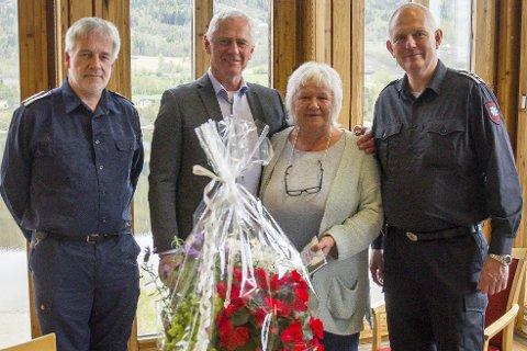 BLOMSTER OG BOK: Med en personlig hilsen fra ordfører Ståle Verland (nr. to f.v.) ble det heder for Ann-Kristin Hallerdalen i går. Her er hun også omkranset av varabrannsjef Per Einar Elvigen (t.v.) og brannsjef Harald Silseth (t.h.).