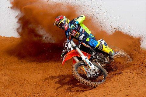 FLYR HØYT: Kevin Horgmo i kjent driv på motocross-sykkelen.