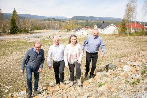 HØY AKTVIVITET: Melumenga er ett av områdene i Modum med høy byggeaktivitet. Det har byggesaksavdelingen fått merke, men nå er Modum bedre enn landsgjennomsnittet. Det gleder arealplanlegger Øystein Lid Larsen (f.v.), ordfører Ståle Versland, byggesaksleder Nicole Kunkel-Torgersen og teknisk sjef Harald Silseth.
