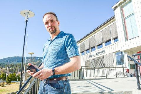 FORBEREDER FORSKRIFTER: Beredskapssjef Henrik Mørch forteller at politikerne i Sigdal kommune vil behandle lokale korona-forskrifter tirsdag kveld.