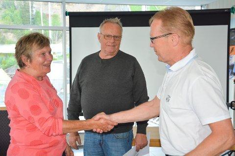 FIKK PRIS: Eva Enersen takket Jack Cato Stillerud (midten) og John Muggerud for imponerende innsats i Modum-idrettens tjeneste.