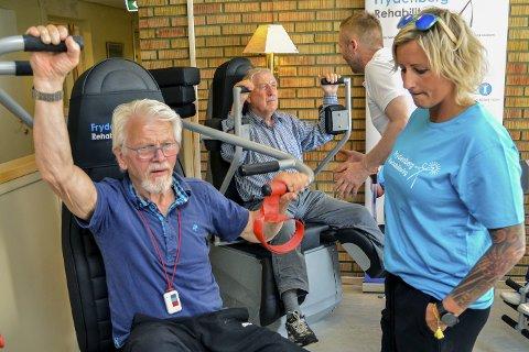 FRYDENBERG: Ingar Asbjørnhus (t.v.) og Gunnar Hellerud fikk torsdag instruksjon av Knut Ole Kopland og Vibeke Skofterud, da karenes testet ut rehabiliteringssenterets nye treningsmaskiner.