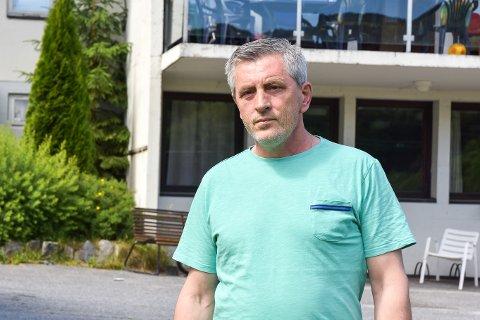 TRIST: Zeke Muriqi er mottaksleder for mindreårige asylsøkere på Sevalstunet i Geithus. Med stadig færre asylsøkere som banker på døra til Norge, er han spent på hvor lenge mottaket vil eksistere. – Jeg håper vi kan fortsette, men er ikke sikker, sier han.