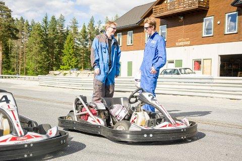 TESTER GOCART. Journalist Eirik Gullord gliser bredt etter endt kjøring. Instruksene fra Glenn Fossen hjalp mye.