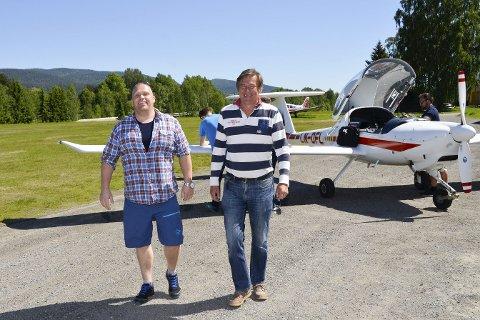 Optimister: Flyplassjef Per Ola Håre (t.v.), og flyklubbleder Morten C. Harr, er glade for rådmannens innstilling om at Hokksund flyplass skal få fornyet konsesjon. – Men vi håper konsesjonen blir gitt for ti år, og ikke fem år som rådmannen anbefaler, sier karene.