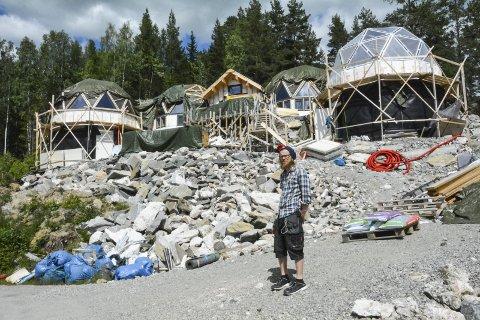 GJØR ALT SELV: Erling Gudbrand Baasen bygger alt med egne hender. Huset hans består av seks geodetiske kupler som henger sammen. To av dem har kjeller, og én kuppel er veksthus. Baasen forteller at bruttoarealet er på 235 kvadratmeter.