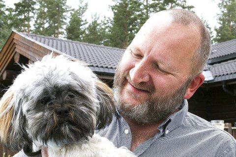 KVALITETSTID MED HUNDEN: Tross hektiske dager hvor han er mye på farten, er Jan Petter Gundersen en hjemmekjær fyr.