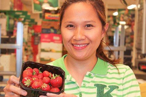 BEST PÅ DE RØDE? Ginie Whitebear, assisterende butikksjef, lokker kundene til å kjøpe jordbær.