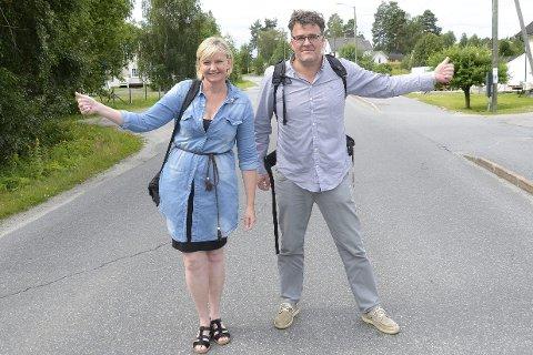 TESTETt TOMMELEN: Boel Kristin Støvern og Stig Odenrud prøvde lykken som haikere.