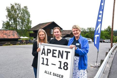 TRIVES: Geithusjentene Hanna Mørk (17),  begynte i «Den blå butikk (f.v.) i fjor mens  Silje Grendal (17) er ny på Thranestua i år. Begge har sommerjobb på Blaafavreværket og ville gjerne jobbet flere søndager. Rønnaug Andfossen er verneombud og passer på at alt skjer etter boka.