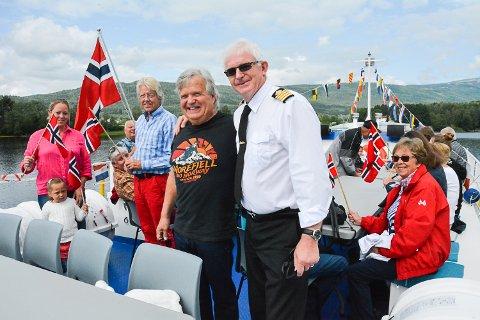 BLE FILMET: NRKs helikopter sirklet over Kryllingen. Henriette Gran (f.v.), Adelén Hess, Petter Gran, Ivar Blystad og kaptein Knut Martin Glesne koste seg om bord under Sommertogcruiset.