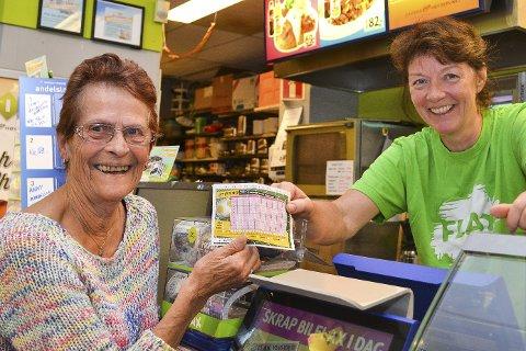 HOLDER PÅ TIPPELAPPEN: Elin Haugen (til v.) leverer inn tipsene sine hos Anny Stefferud i Mix-kiosken på Åmotsenteret.