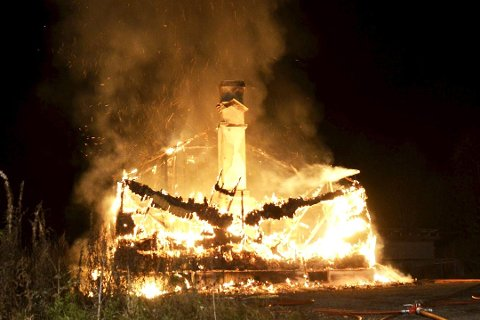 13. OKTOBER 2016: Brannen blusset opp igjen utpå kvelden, før brannmannskapene igjen fikk kontroll.