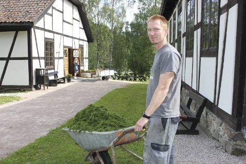 SIKKER INNTEKT: Jørgen Jørstad jobber på Norefjell om vinteren og på Blaafarveværket om sommeren. I helgene konkurrerer han Norge rundt i speedcross.