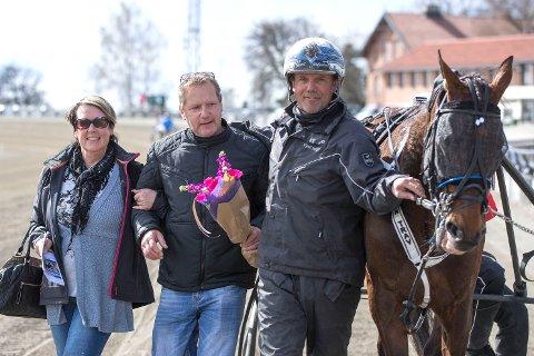 MYE Å HENTE: Eier Mette Teigen (t.v), Per Engebretsen og trener Kjetil Helgestad ser fram til at Always on Time skal prøve seg i Jarlsberg Grand Prix fredag.