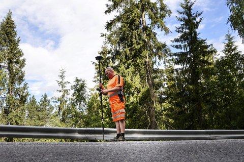 I bevegelse: , Ingeniør Geir Rune Johannessen, hos Isachsen Entreprenør, kan etter å ha gjort GPS-målinger  i Heggenveien, fastslå at toppen på autovernet noen steder ikke ligger mer enn 35 cm over veidekket. – Om noen kjører inn i det, vil det være rene spretthoppet, sier han.