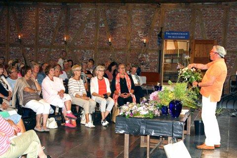 GULLKORNENE SATT LØST: Publikum lot seg underholde og inspirere av Blomster-Finn med hans kåseri om blomster og kunst.