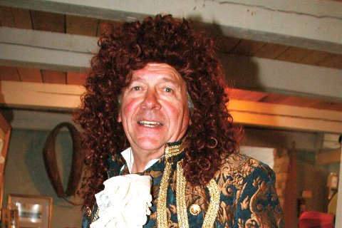 GLAD I Å KLE SEG UT: Det er ikke første gangen at Knut Kolberg ikler seg et rokokkokostyme. Onsdag når han ut til hele kongeriket - med sine fargerike plagg. Kolberg håper at flere stiller opp i rokokko-paraden fra Fossesholm herregård. Bildetekst