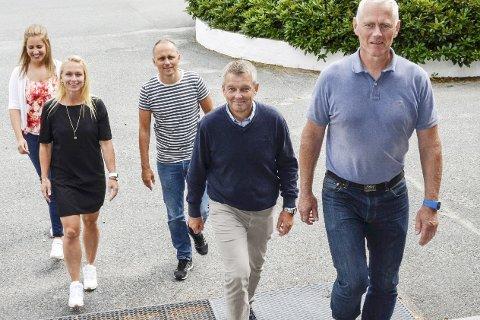 Utdanning: Åshild B. Hilleren (f.v.), Nina Gudbrandsen og Øyvind Kjølstad, her sammen med undervisningssjef                            Kjølv Eidhammer og ordfører Ståle Versland, ruster seg til 2025.