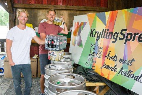 NOK DRIKKEVARER: Lars Tore Fladhus (t.v.) og Eilev Bjerkerud har sørget for at drikkevarene til årets Kryllingsprell er på plass. Og når man er i Krødsherad, er det selvsagt øl fra Ringnes det går i.