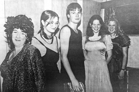 HISTORIEBILDET: Holleia 4H arrangerte i silicon-tiden midt på 90-tallet, sin egen humoristiske missekåring på Solhov grendehus på Drolsum. På bildet ser vi Alida Haavik Drolsum (f.v.), Ingelin Næss, Brigt Hope, Anne Beate Klungsøyr og Aslaug Muggerud. Juryen kåret Hope til å bli Miss Drolsum, som var den eneste deltakeren som stilte med ekte saker under kåringen.             Har du gamle eller nyere bilder fra Midtfylket, som du vil dele med Bygdepostens lesere, hører vi gjerne fra deg.    Gamle bilder og tekst, kan også sendes som e-post til: redaksjonen@bygdeposten.no.