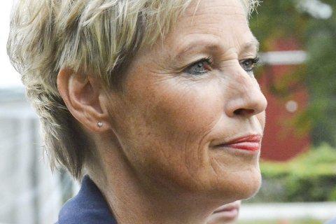 Gavmild: Tine Norman deler ut penger.
