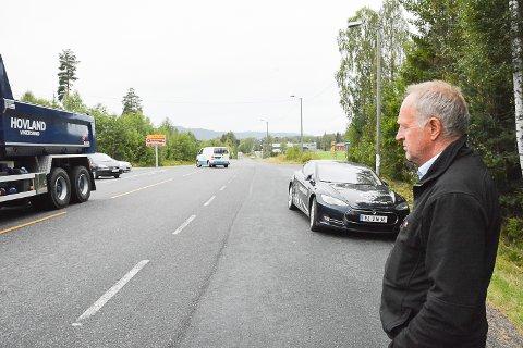 TROR PÅ PENGER: Olav Skinnes har god tro på at krysset på Sysle skal få fem millioner til sikringstiltak. – Tryggere skolevei er en noe vi prioriterer, sier han. Busslomma han står på, skaper mange farlige situasjoner fordi den blir brukt til forbikjøring.