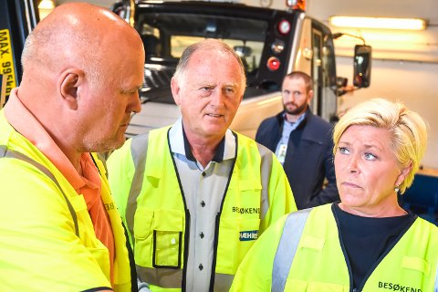 Finansminister Siv Jensern (FrP) på besøk hos Hæhre Entreprenør i Vikersund. Albert Hæhre (f.v.), Vidar Løvf og Siv Jensen.