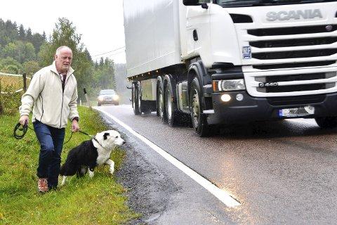 Livsfarlig: Politikerne vil gjøre det de kan for at Roar Løvf og hunden Bogart i framtiden skal kunne ferdes trygt langs rv. 35