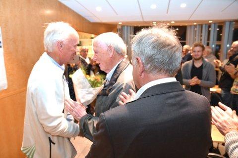 LYKKE: Per Olaf Lundteigen (t.v.) ble gratulert av veteranen Johan Buttedal under Sps valgvake på toppen av Vikersundbakken. Fylkesvaraordfører Olav Skinnes med ryggen til.