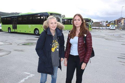 10 TIMERS DAGER: Solveig Løvmyr (fra høyre) og Veronica Midtskogen, elever ved Ringerike videregående, får lange dager etter at Brakar la om rutene.