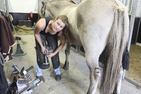SNILL FJORDING: Lena Sollien er ofte på besøk for å sko hestene til Lene Borgersen Tangen på Stall Tajet på Nakkerud.