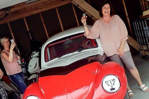 NUMMER 1: Mariann Øen ble overrasket med egen bilcrossbil da 50-årsdagen ble feiret i juni, og naturlig nok inneholder gaven noen forventninger med «#1» i den ene frontlykta og en pokal med samme tall i den andre.