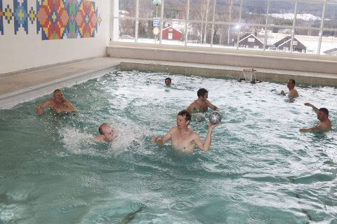 OVERREKKELSE I MARS: I februar sto svømmehallen ferdig - her fra den interne overrekkelsen 1. mars. Nå må det i tillegg legges duk fordi flere skolebarn har kuttet føttene på flisene når de har hatt svømmeundervisning.