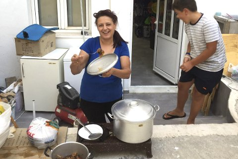 FÅRIKÅLENS HALVSØSTER: Geit står på menyen, og det er Marilena som koker til oss i en gresk bakgård. Foto: Privat