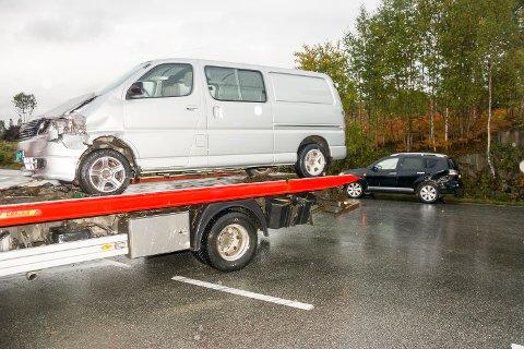 INVOLVERTE: En varebil og en personbil var involvert i kollisjonen.