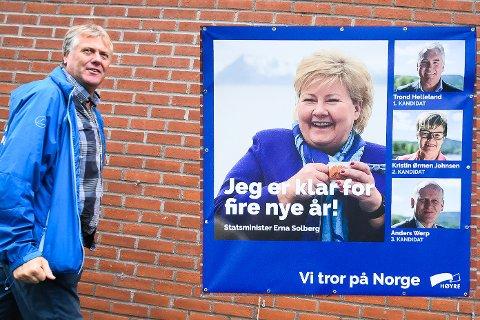BORTE: Banneret med Erna Solberg & co til høyre på bildet er lagt på av Bygdeposten. Noen har røsket det ned og tatt det meg seg. Jon Hovland tviler på at det er en rampestrek.