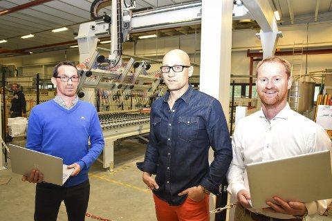 Ny bedrift: Avdelingsleder Roar Nilsen for Symetra i Modum (f.v.), fabrikksjef Cato Ludvigsen ved Modum Glassindustri og daglig leder Grant Hansen i Symetra.