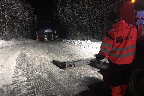 TRENGTE HJELP: Det ble for glatt på Døvikveien tirsdag kveld.