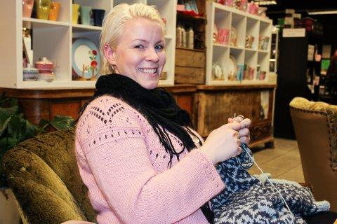 RUTINERT: Marthe Skjervold har strikket modeller for store garnprodusenter.
