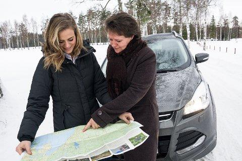 SKAL KARTLEGGE: Rebekka Foslien og Toril Ruud har utstyrt seg med både manuelt kart og en GPS-«dings» når de nå skal på farten rundt i kommunene for å kartlegge behovet for velferdsteknologi.